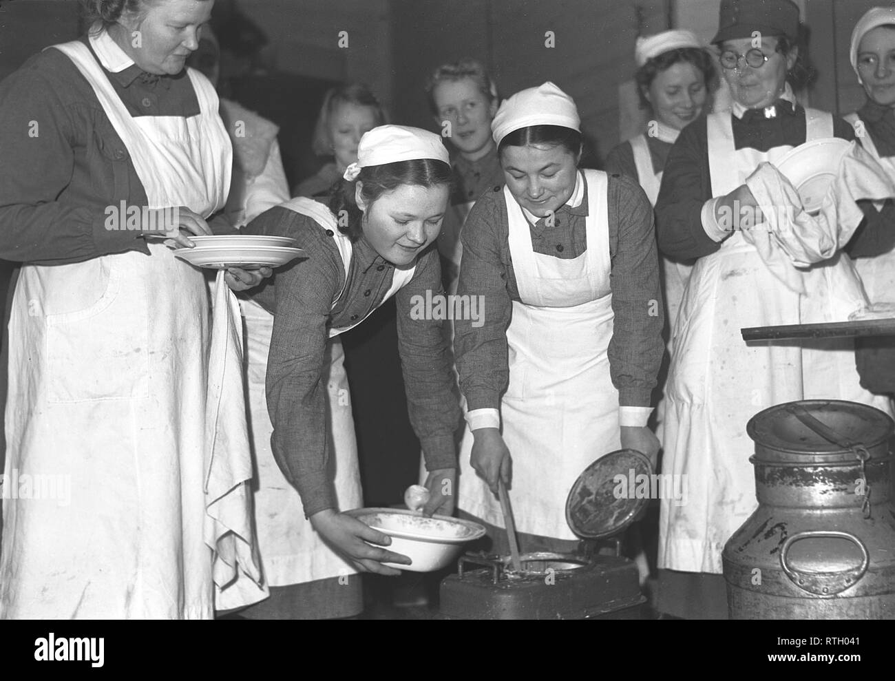 The Winter War. A military conflict between the Soviet union and Finland. It began with a Soviet invasion on november 1939 when Soviet infantery crossed the border on the Karelian Isthmus. About 9500 Swedish volunteer soldiers participated in the war. Pictured a group from the Finnish Women's Voluntary Service preparing food for the soldiers.  January 1940. Photo Kristoffersson ref 99-8. - Stock Image