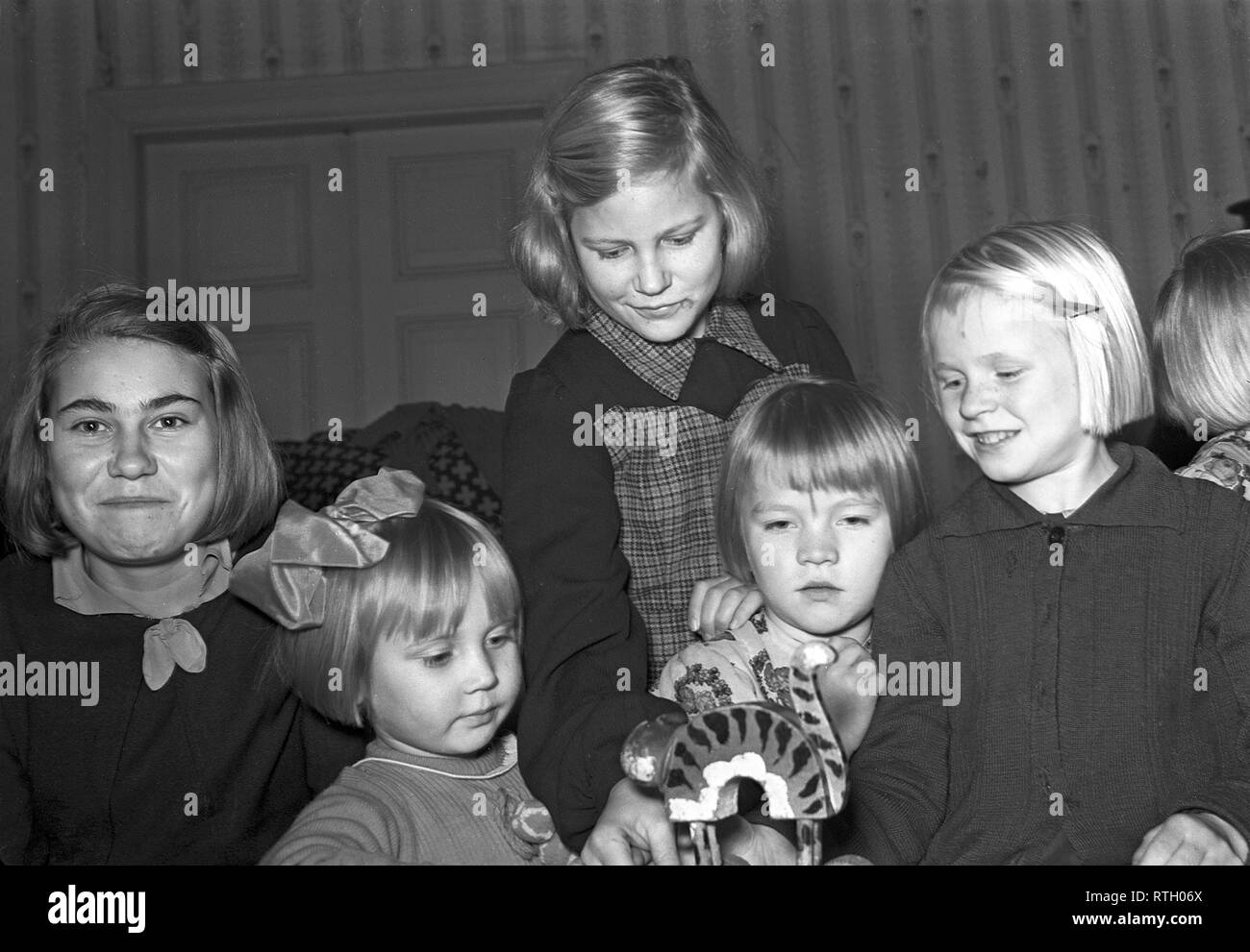 The Winter War. A military conflict between the Soviet union and Finland. It began with a Soviet invasion on november 1939 when Soviet infantery crossed the border on the Karelian Isthmus. About 9500 Swedish volunteer soldiers participated in the war. Finnish children in Helsinki who has been evacuated from the Karelian isthmus, playing with a toy. Januari 1940  Photo Kristoffersson ref 98-19. - Stock Image