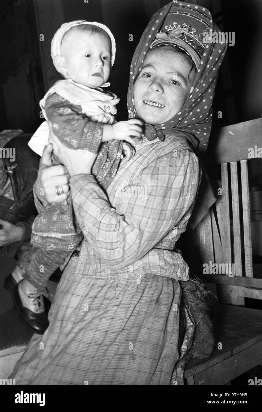 The Winter War. A military conflict between the Soviet union and Finland. It began with a Soviet invasion on november 1939 when Soviet infantery crossed the border on the Karelian Isthmus. About 9500 Swedish volunteer soldiers participated in the war. Here at Karelian Isthmus Finland  Finnish civilians evacuated from the frontline. A young mother and her child. December 1939. Photo Kristoffersson ref 98-11. - Stock Image