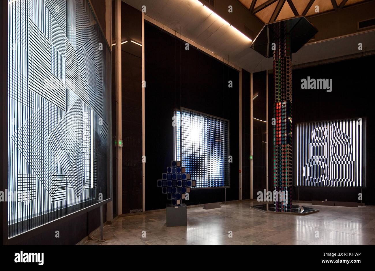 Frankr Aix-en-Provence VASARELY-Museum 60949 Op-Art - Lichtinstallationen und Glas- bzw Spiegelobjekte um 1975 links Obj Nr 116 Mitte Obj Nr 118 - Stock Image