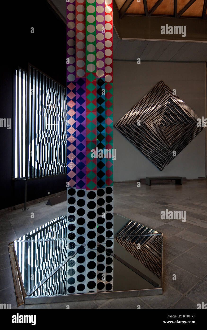 Frankr Aix-en-Provence VASARELY-Museum 60955 Op-Art - Lichtinstallationen und Glas- bzw Spiegelobjekte um 1975 rechts Wandinstallation Obj Nr 115 - Stock Image