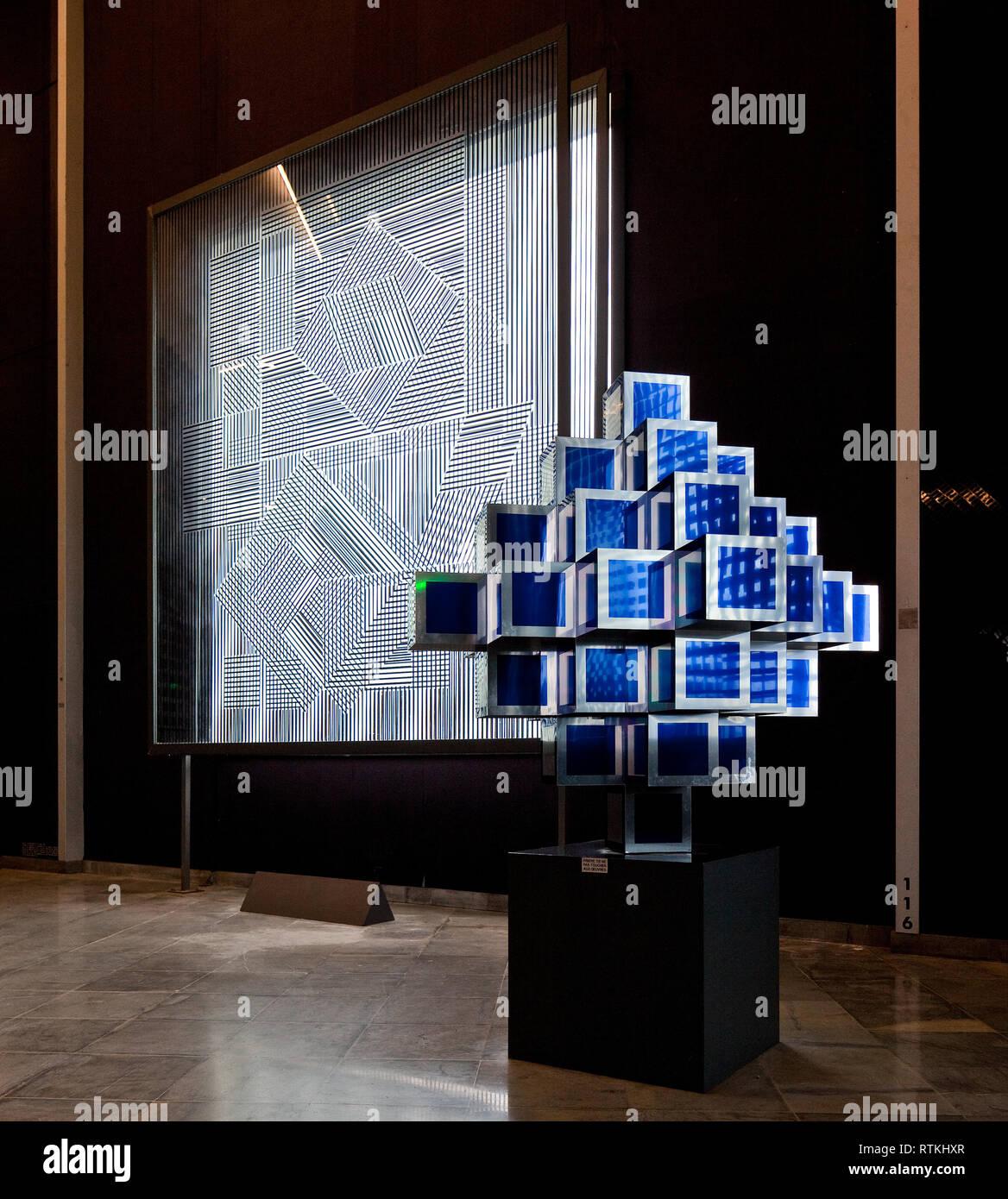 Frankr Aix-en-Provence VASARELY-Museum 60958 Op-Art - Lichtinstallationen und Glas- bzw Spiegelobjekte um 1975 links Lichtinstallation Obj Nr 116 - Stock Image