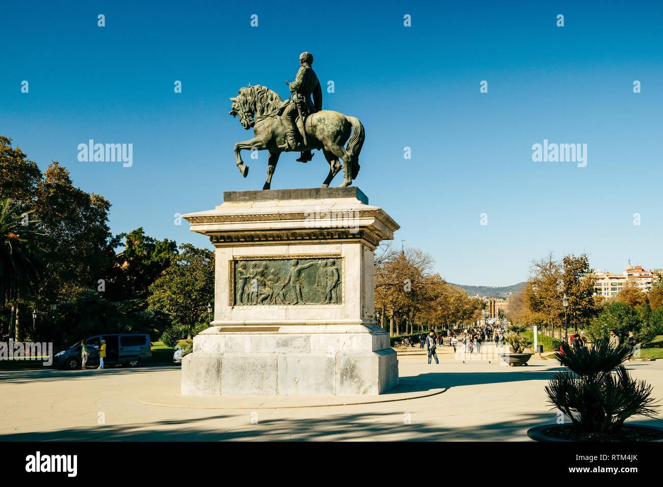 BARCELONA, SPAIN - NOV 12, 2017: Estatua equestre del general Prim statue monument in Parc de la Ciutadella with crowd of tourists in the background on a warm summer day  - Stock Image