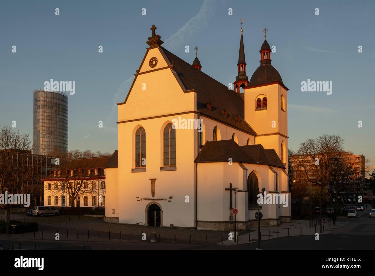 Köln-Deutz, Alt St. Heribert, dahinter das Hochhaus 'Kölntriangle' - Stock Image