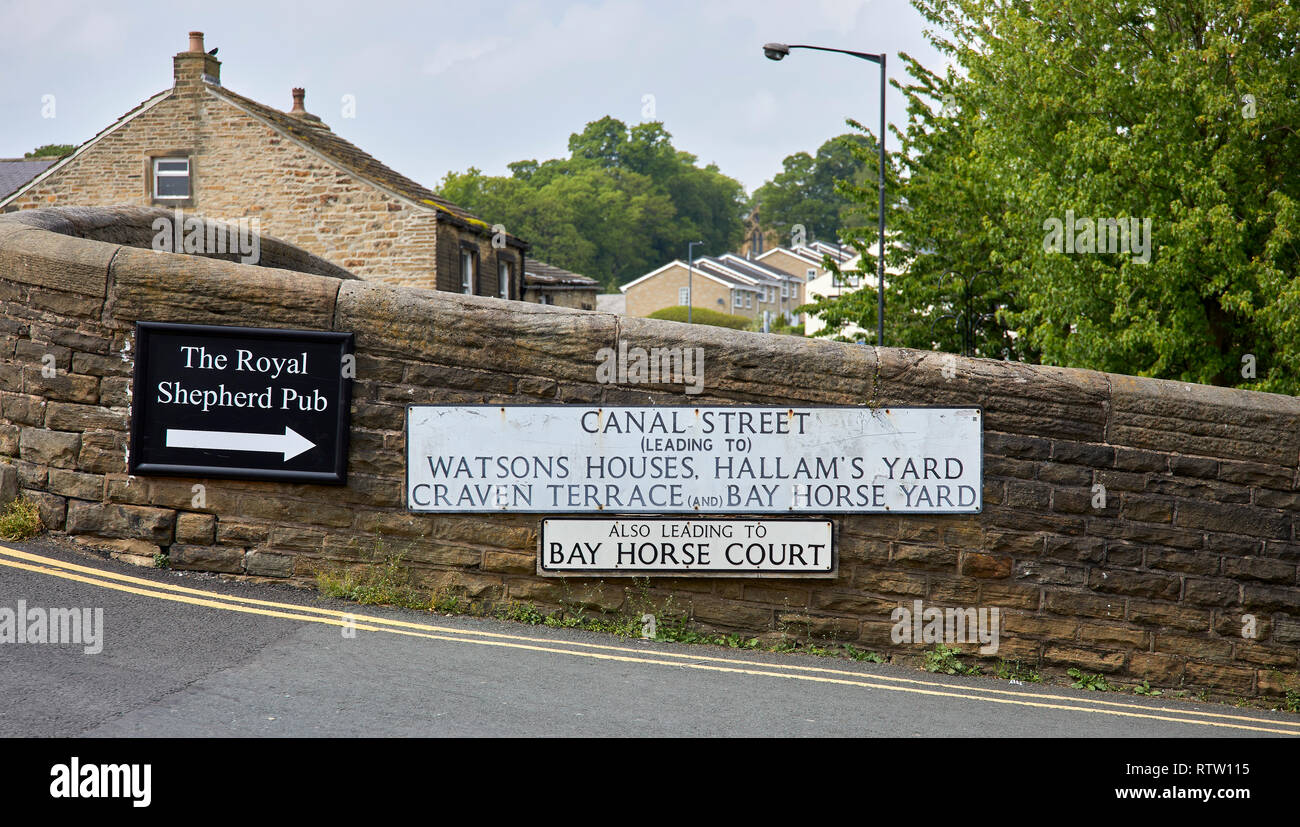 LEEDS AND LIVERPOOL CANAL, SKIPTON, NORTH YORKSHIRE, UK 31st May 2018. Road sign on the bridge on Canal Street - Stock Image