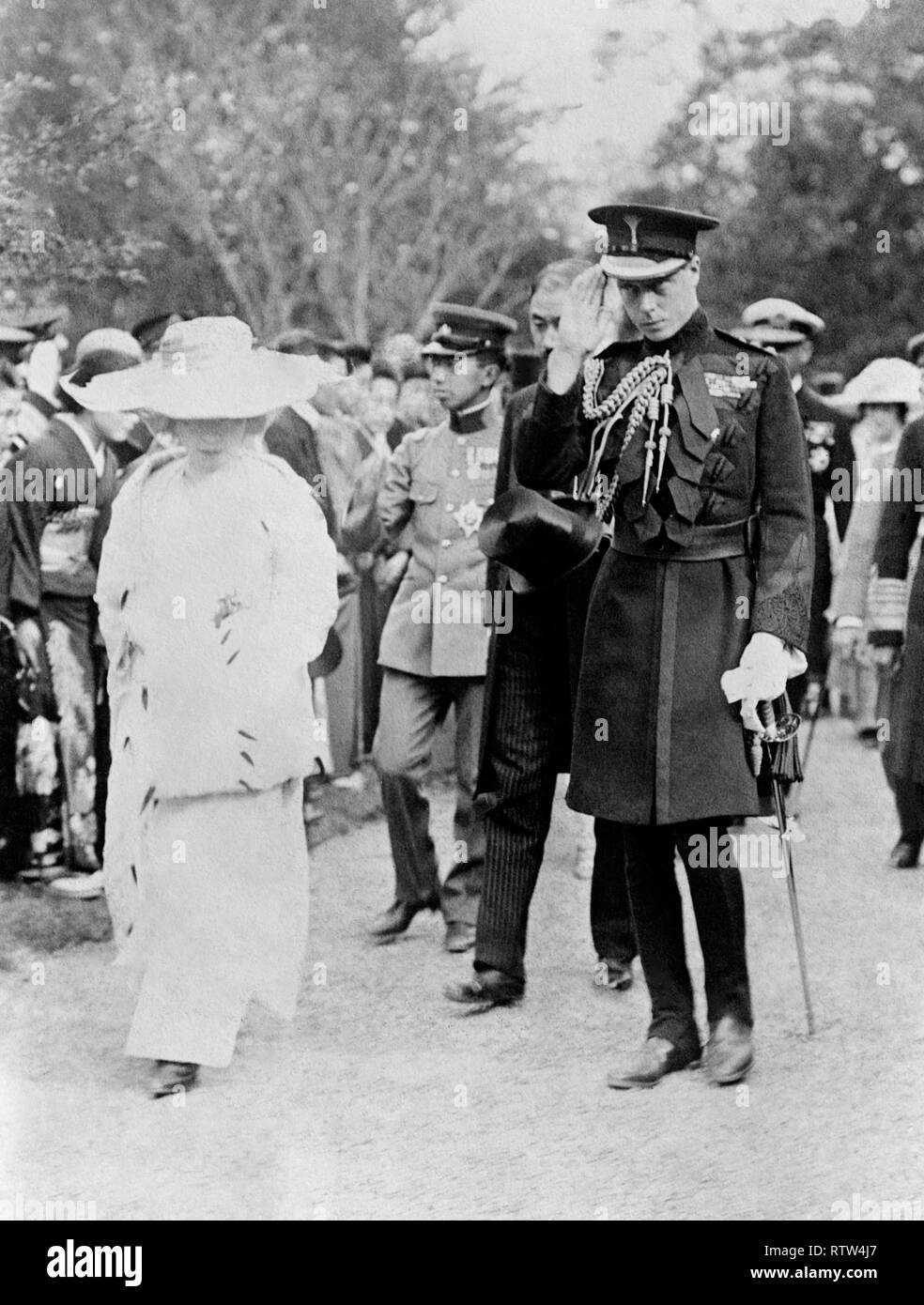 Prince Edward, The Prince of Wales in uniform saluting with the empress teimei and prince regent hirohito of japan - Stock Image