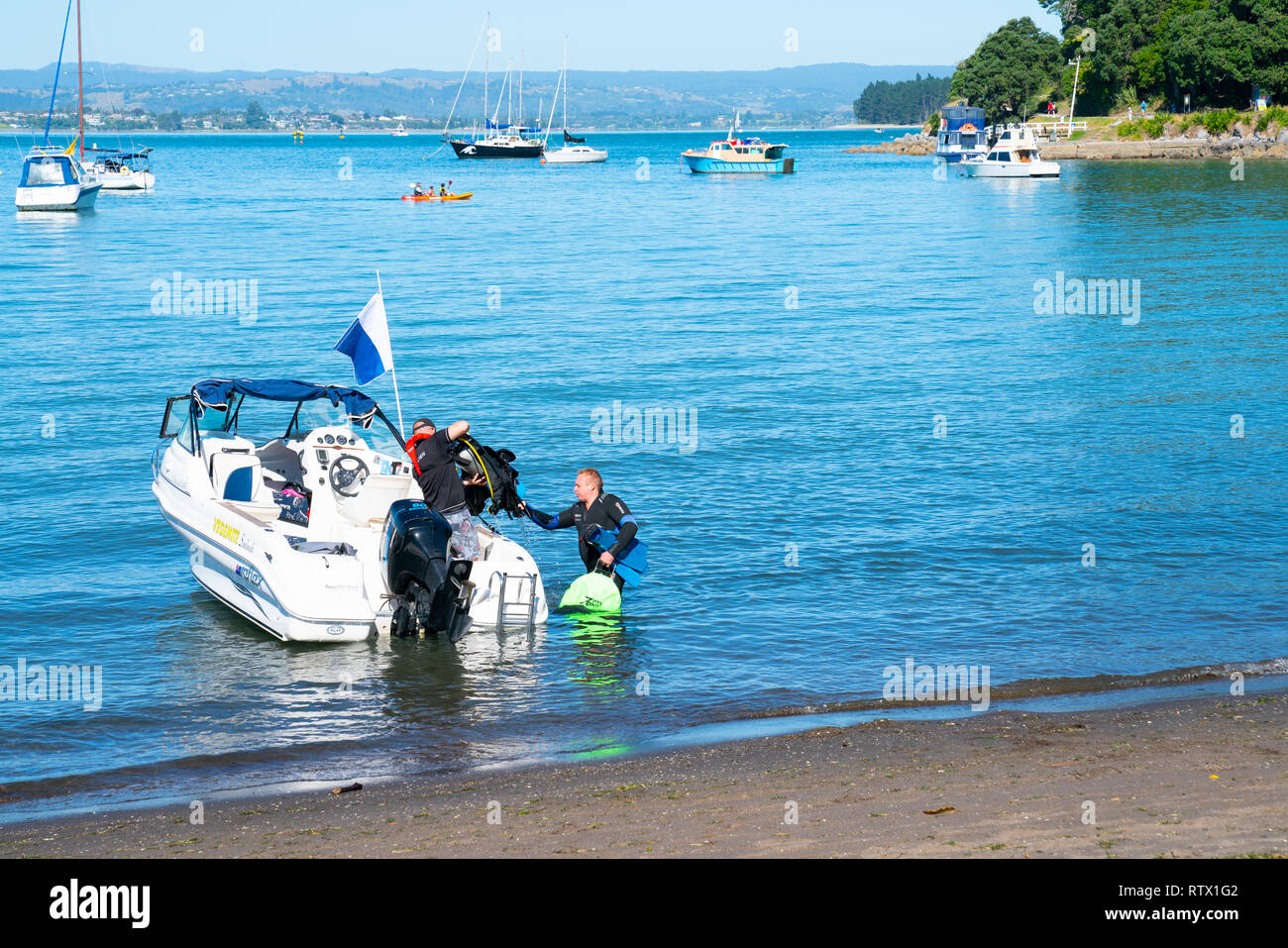 TAURANGA NEW ZEALAND - MARCH 3 2019; Boat and diver get ready to leave in the annual Pilot Bay environment clean-up - Stock Image