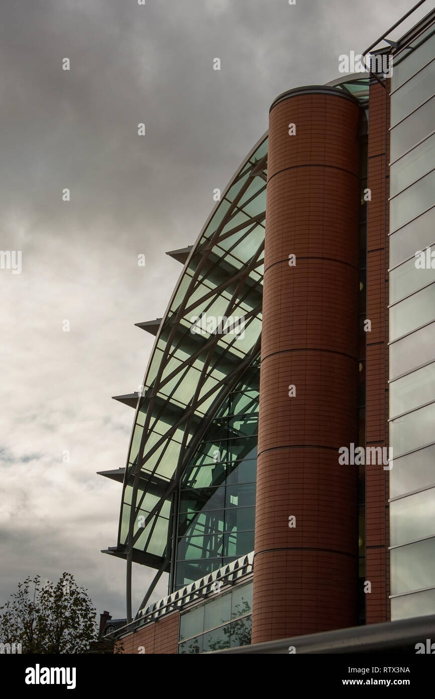 London, United Kingdom - November 25th, 2006: Architecture on modern east wing of St Thomas' Hospital (reconstructed in 1950s) with gray overcast sky  - Stock Image