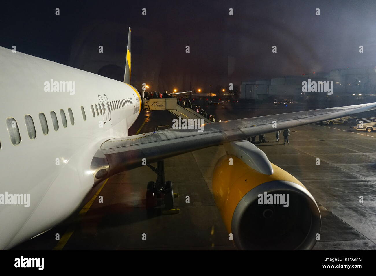 Flugzeug, Passagiere steigen ein, Flughafen, Airport, Frankfurt am Main, Germany - Stock Image