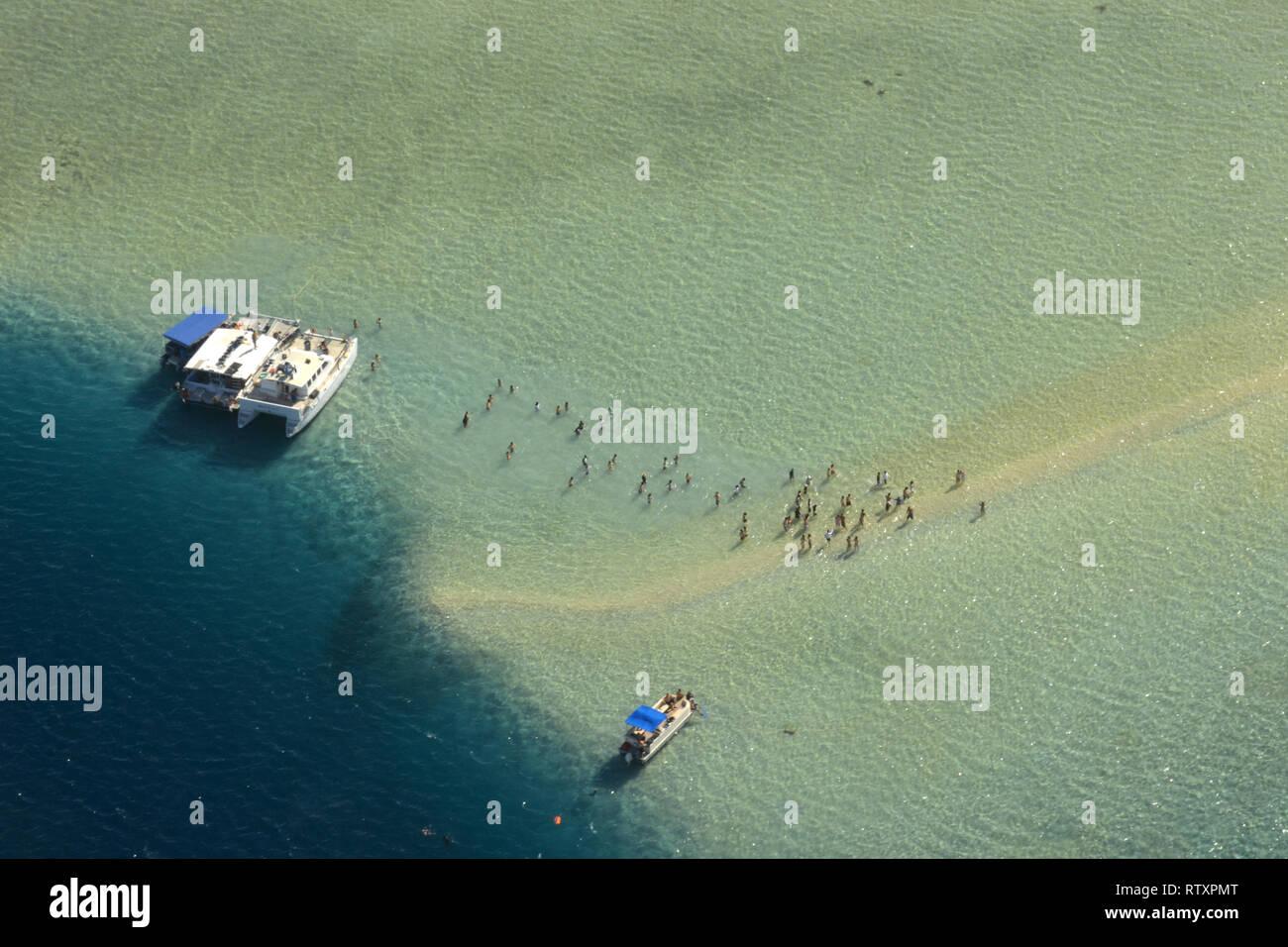 People enjoying the shallow waters of the sandbar in Kaneohe Bay, Oahu, Hawaii, USA - Stock Image