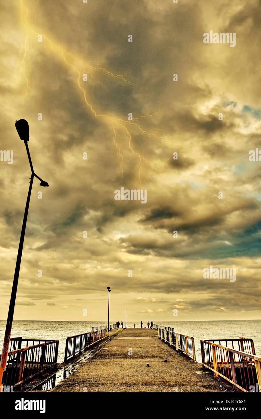 iskele gökyüzü yıldırım bulutları - Stock Image