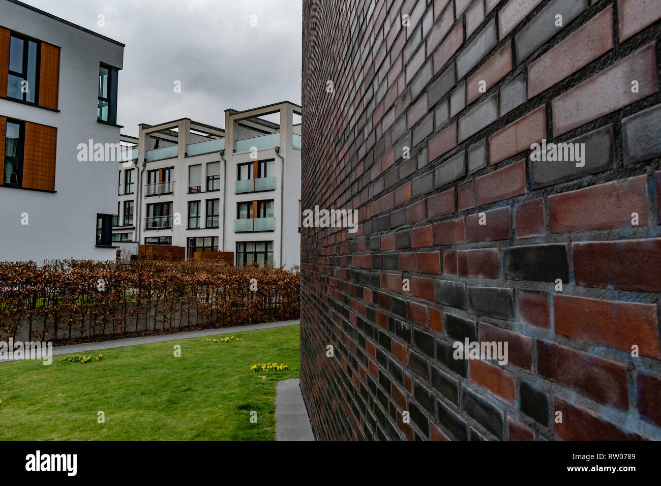 Side wall leading lines towards modern apartment complex - Stock Image