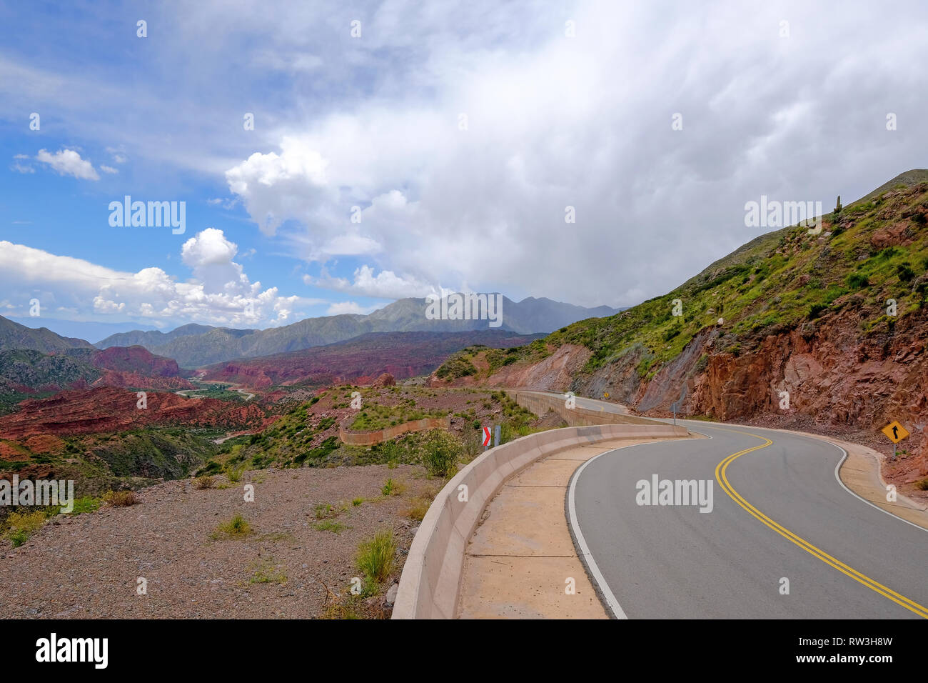 The famous Road Ruta 40 trough the beautiful canyon of the Cuesta de Miranda, La Rioja, Argentina - Stock Image