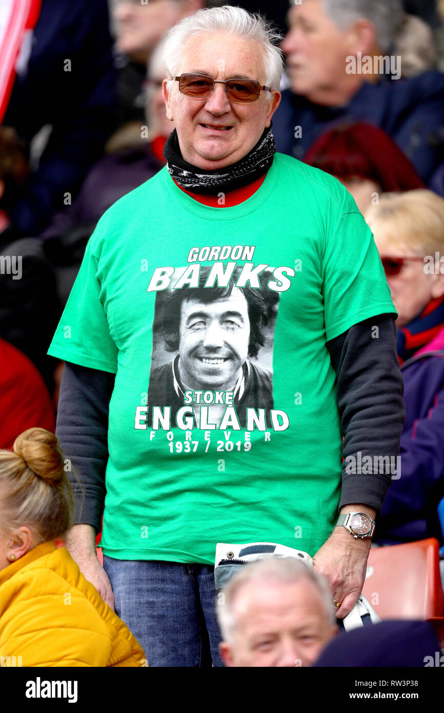 A fan in the stands wears a Gordon Banks t-shirt ahead of the funeral cortege for Gordon Banks at bet365 Stadium, Stoke. - Stock Image