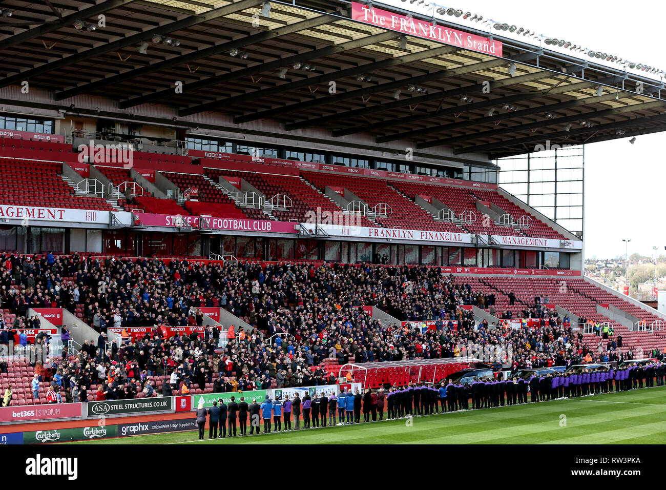 Stoke City fans, players and staff applaud as the Gordon Banks funeral cortege passes through the bet365 Stadium, Stoke. - Stock Image