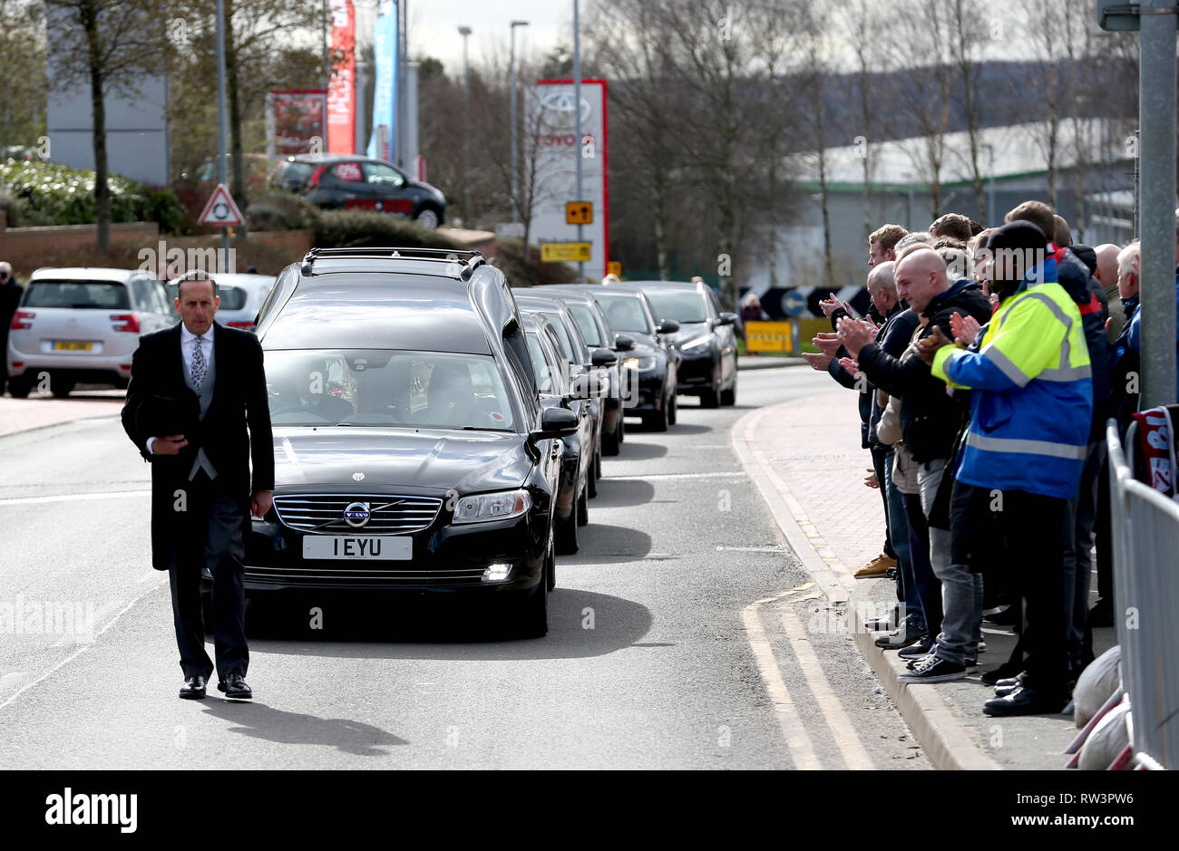 Members of the public applaud as the Gordon Banks funeral cortege passes by the bet365 Stadium, Stoke. - Stock Image