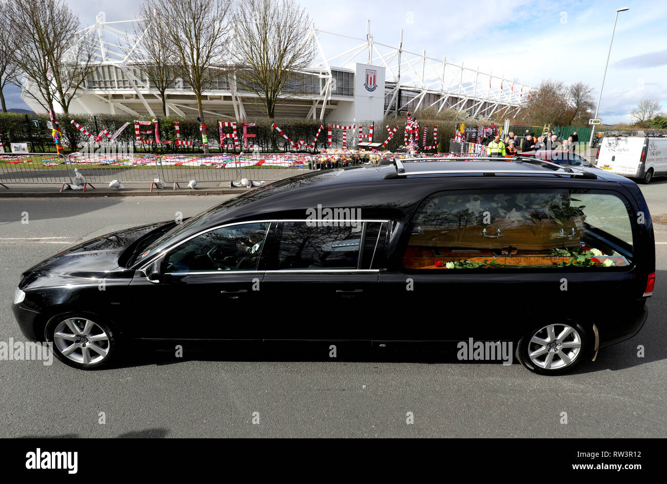The Gordon Banks funeral cortege passes by tributes from fans at the bet365 Stadium, Stoke. Stock Photo