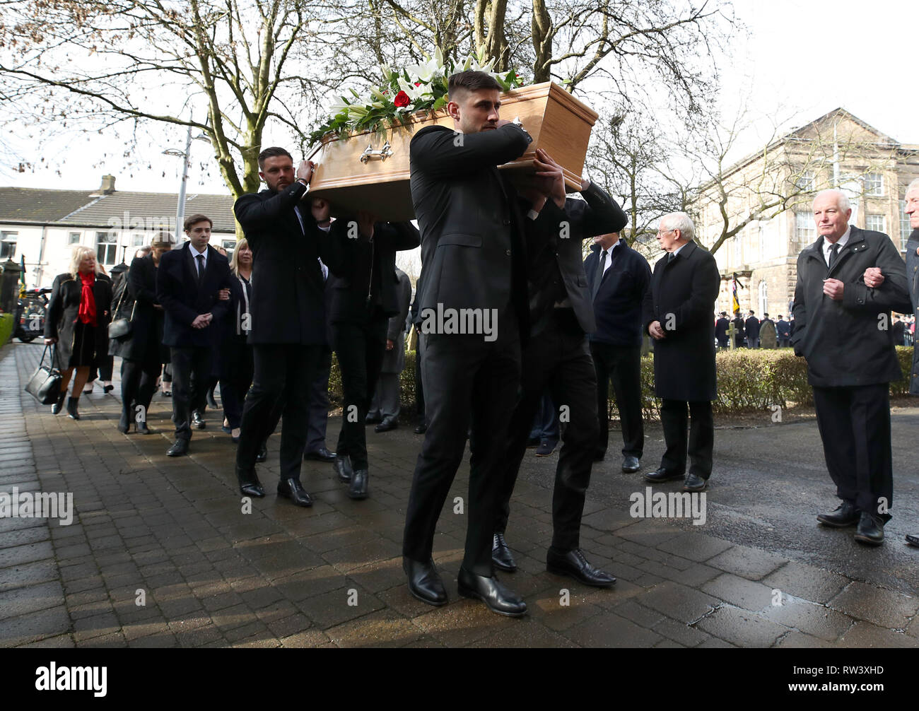 Stoke City goalkeeper Jack Butland (back left) and Chesterfield goalkeeper Joe Anyon (front left) carry the coffin during the funeral service for Gordon Banks at Stoke Minster. - Stock Image