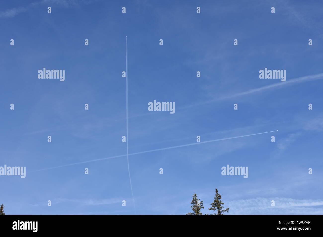 Himmel, Flugzeug, Flugzeuge, Verkehr, fliegen, Kondensstreifen, X, Kreuzung, kreuzen, Buchstabe, Himmel, Wolke, Wolken, Flugverkehr, - Stock Image