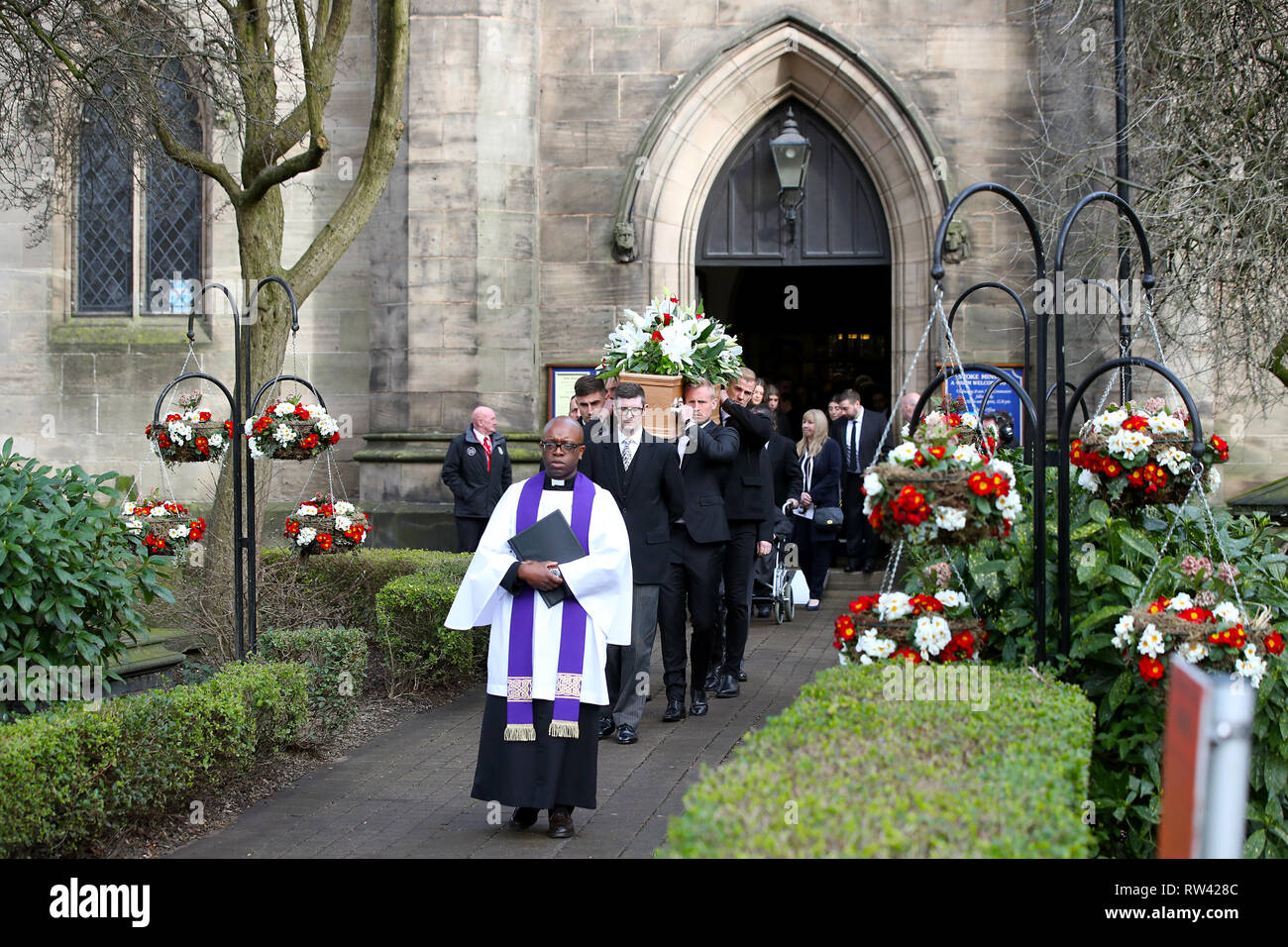 Chesterfield goalkeeper Joe Anyon (left) and Leicester City goalkeeper Kasper Schmeichel carry the coffin during the funeral service for Gordon Banks at Stoke Minster. - Stock Image