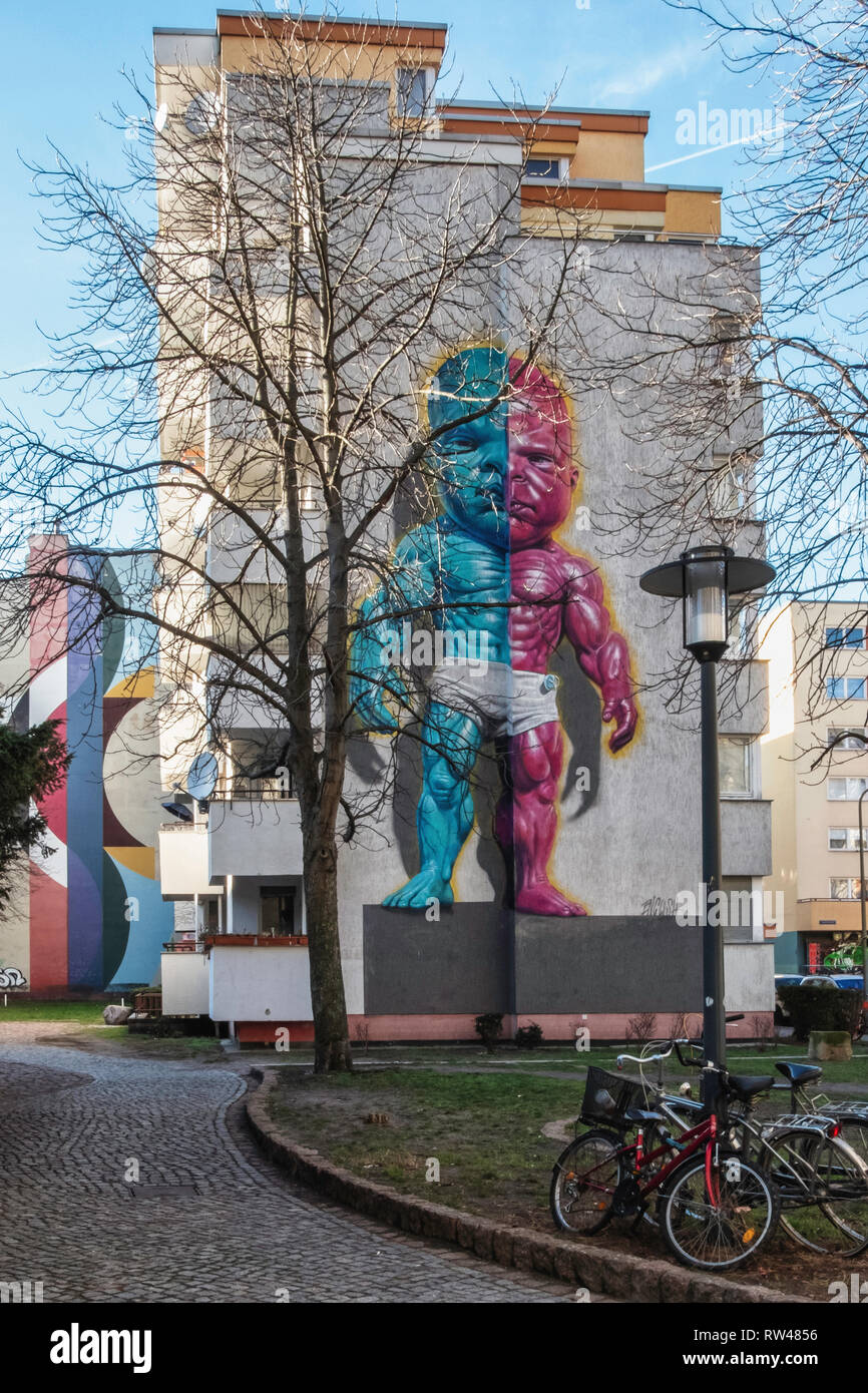 Kreuzberg-Berlin. Tempertot by street artist Ron English on firewall of apartment building. Pink & blue angry muscular toddler.                        - Stock Image
