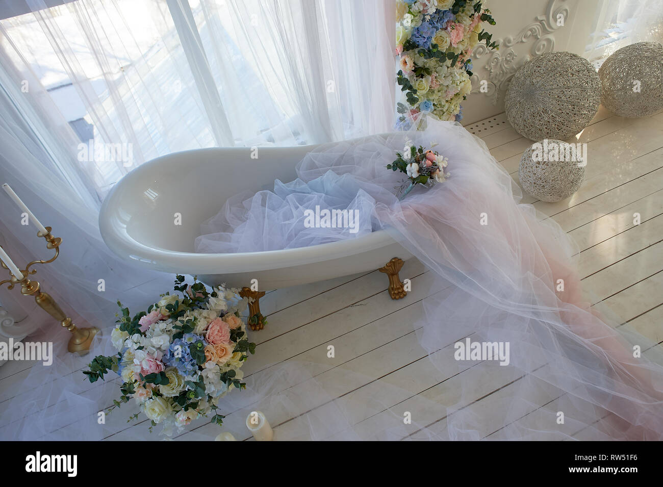 Bath on lion's Golden paws.The atmosphere of romance and love. Light interior, chiffon, flowers. The view from the top - Stock Image