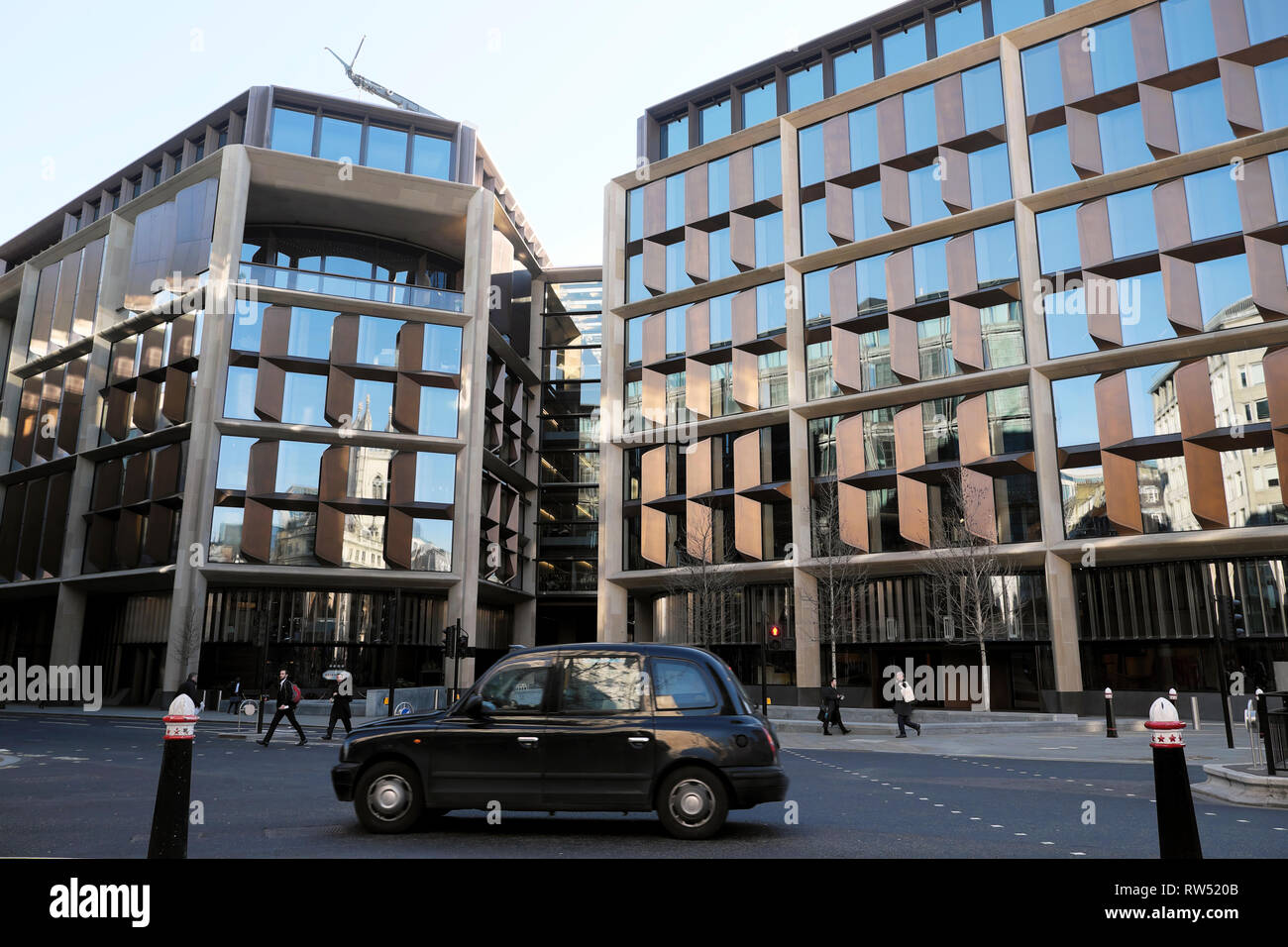 London taxi outside the Bloomberg European HQ Headquarters architect Foster & Partners business district City of London England UK    KATHY DEWITT - Stock Image