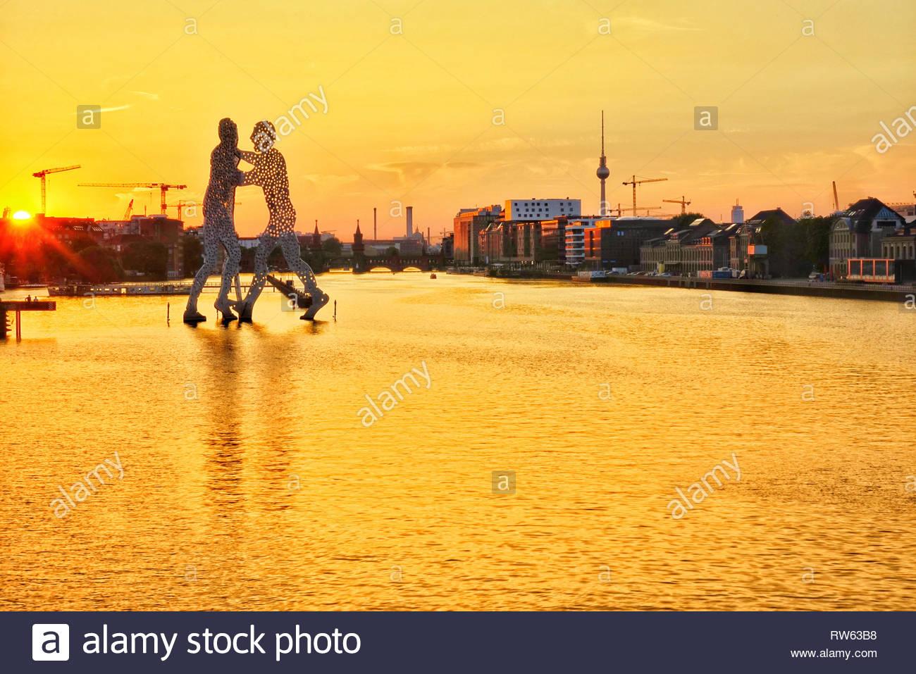 Berlin molecule man at river spree - Stock Image
