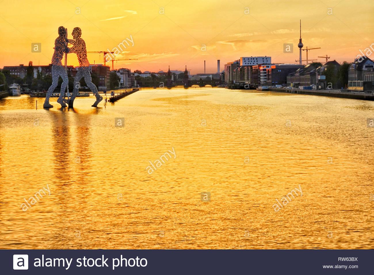 Berlin molecule man at sunset - Stock Image