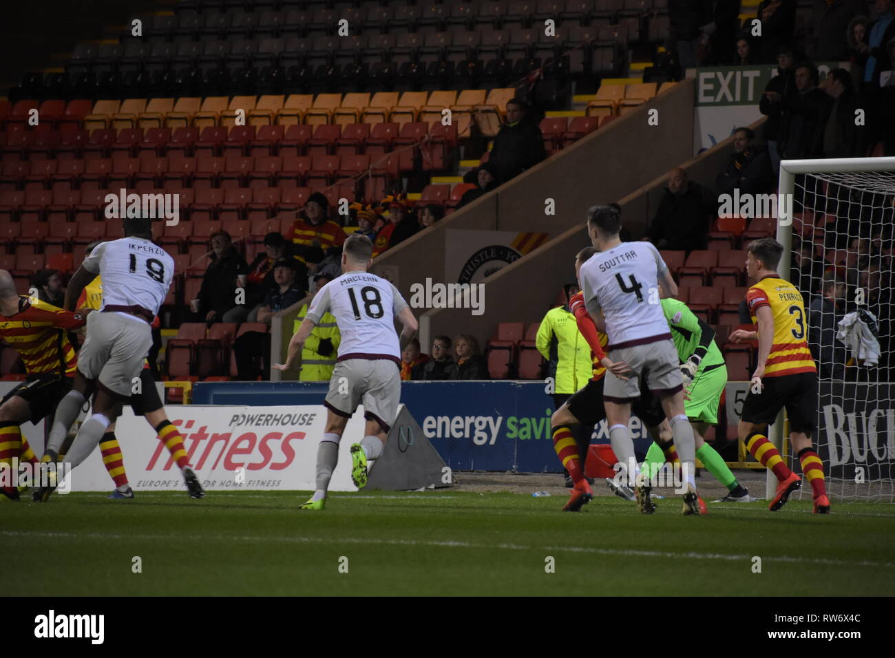 firhill, marhill, Glasgow, Scotland 4th march 2019 Partick Thistle defend deep as corner is driven into the box Credit: Thomas Porter/Alamy News - Stock Image