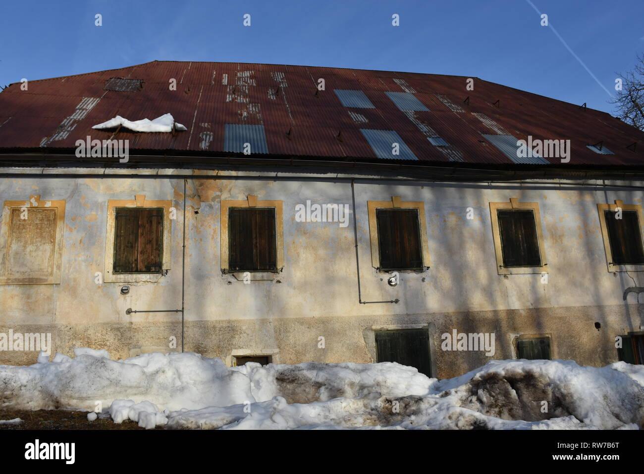 Haus, Gebäude, Lost Place, verlassen, vergessen, Fenster, Fensterladen, geschlossen, Schnee, Winter, Jahreszeit, Dach, Ziegeldach, Verputz - Stock Image