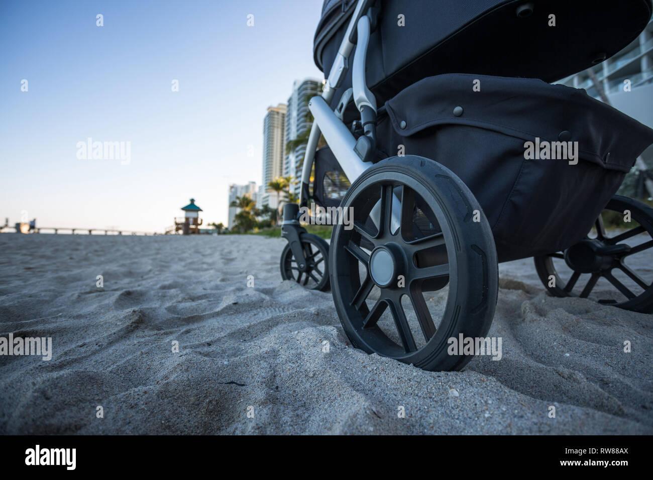 Baby on the beach. Колясска на пляже в Маями - Stock Image