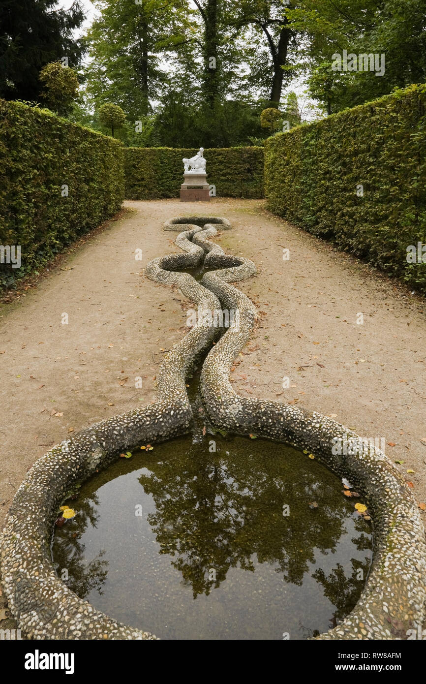 Bird bath and statue in the formal garden at the Schwetzingen palace in late summer, Schwetzingen, Germany - Stock Image