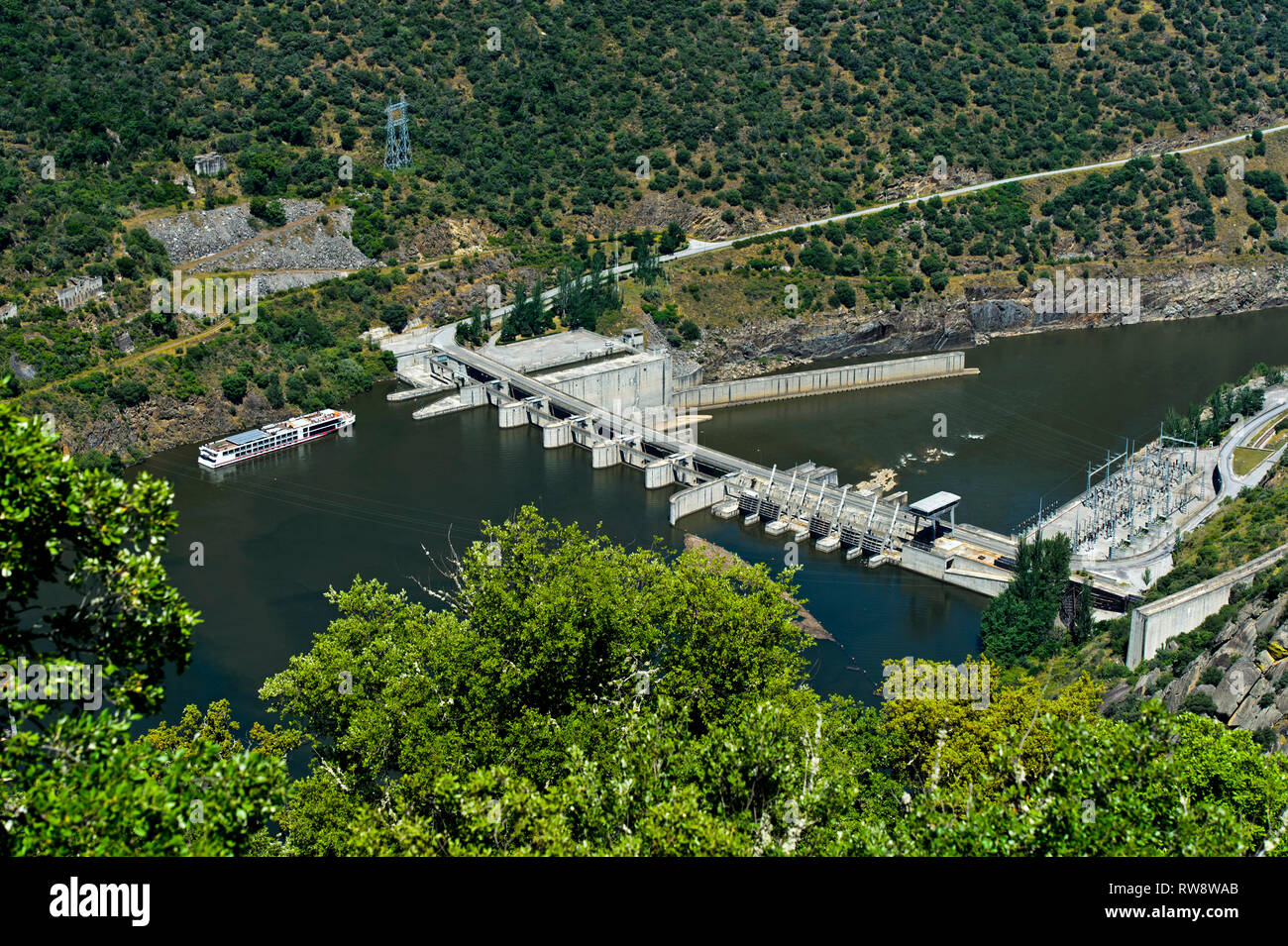 Excursion ship entering the lock of the run-of-the-river hydroelectric power plant Valeira Dam at the Douro river, Sao Joao da Pesqueira, Portugal - Stock Image