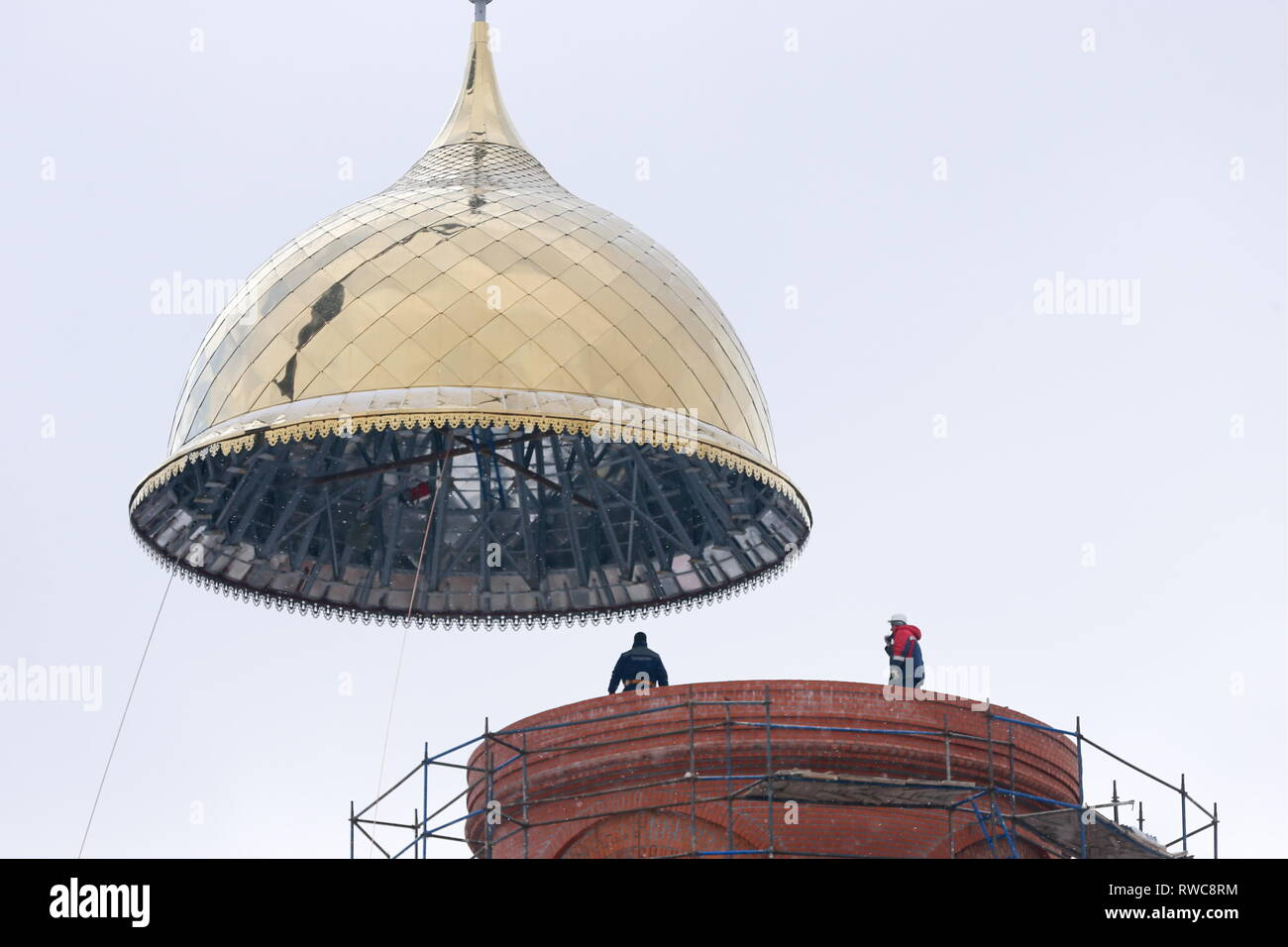 Russia. 06th Mar, 2019. MOSCOW REGION, RUSSIA - MARCH 6, 2019: Installing a cupola of St Vladimir Cathedral, the main cathedral of the National Guard of Russia, in Balashikha. Vladimir Gerdo/TASS Credit: ITAR-TASS News Agency/Alamy Live News - Stock Image