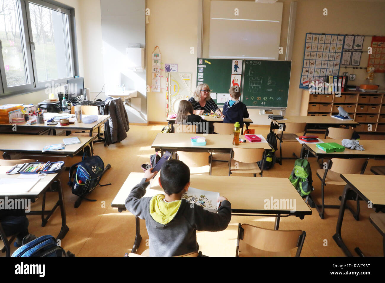 Gera, Germany. 06th Mar, 2019. Primary school teacher Ulrike Gerth looks after pupils of a first class in the Erich Kästner Primary School. Due to an acute shortage of staff, the primary school in Gera does not offer any lessons for one week. Credit: Bodo Schackow/dpa-Zentralbild/dpa/Alamy Live News - Stock Image