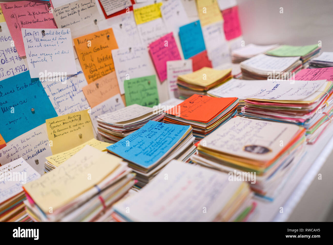 06 March 2019, Hessen, Frankfurt/Main: The artist Karin Schulte has collected hundreds of notes from her father, who is suffering from dementia. They can be seen in the Historical Museum at the press preview of the. On the basis of 400 exhibits and works of art, the show from 7 March to 14 July will explore the manifold forms of the individual and collective phenomenon of forgetting. Photo: Frank Rumpenhorst/dpa Stock Photo