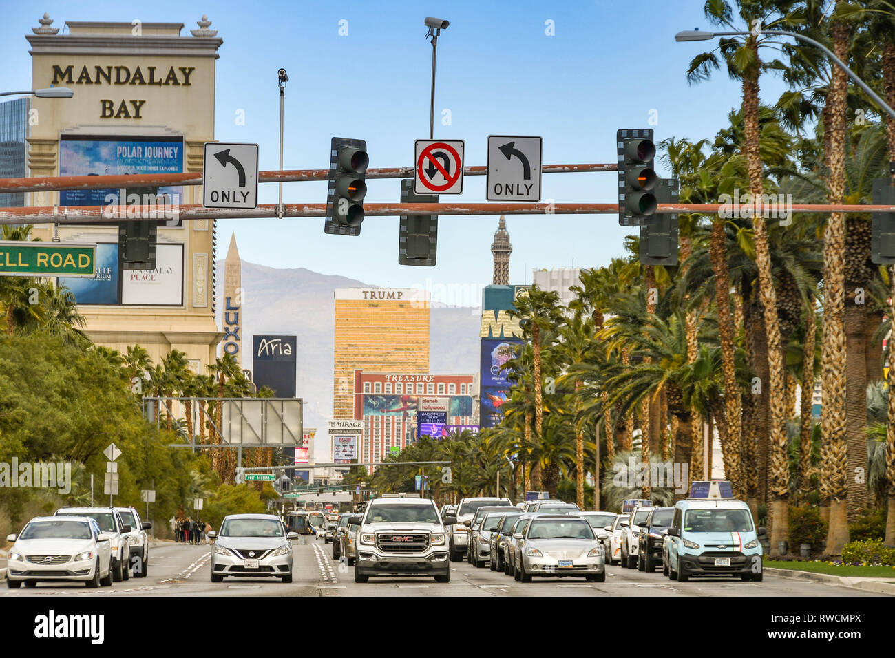 LAS VEGAS, NEVADA, USA - FEBRUARY 2019: Traffic southbound on Las Vegas Boulevard stopped at traffic signals at an intersection. - Stock Image