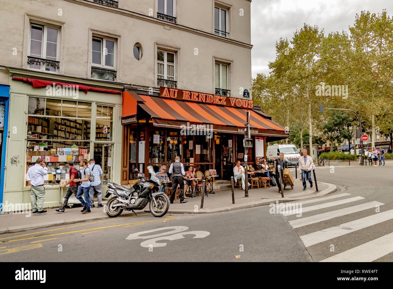 People having lunch outside Au Rendez-Vous des Artistes a restaurant cafe on Boulevard de Clichy , Paris , France - Stock Image