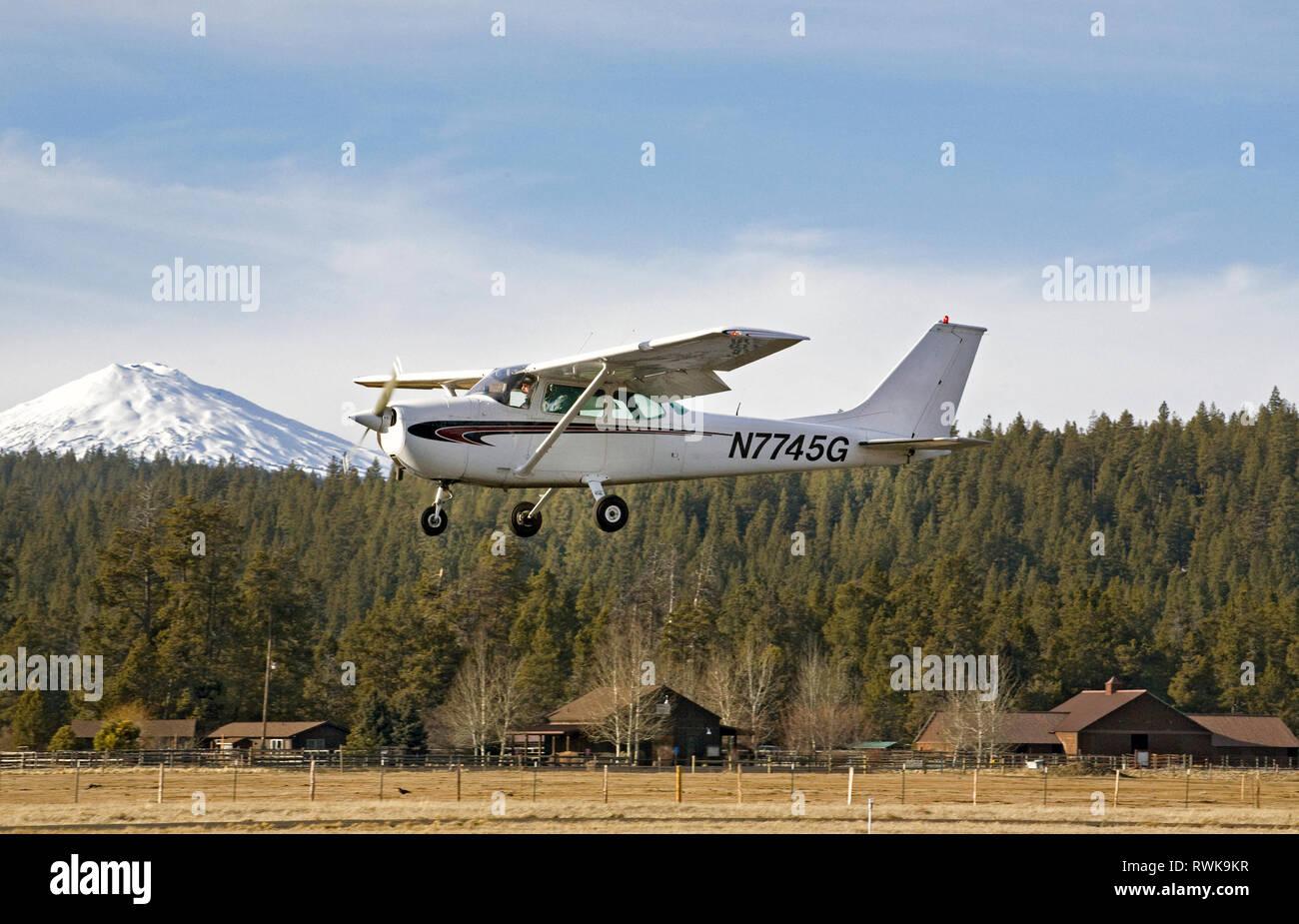 A single-engine, single wing Cessna Skyhawk, the most