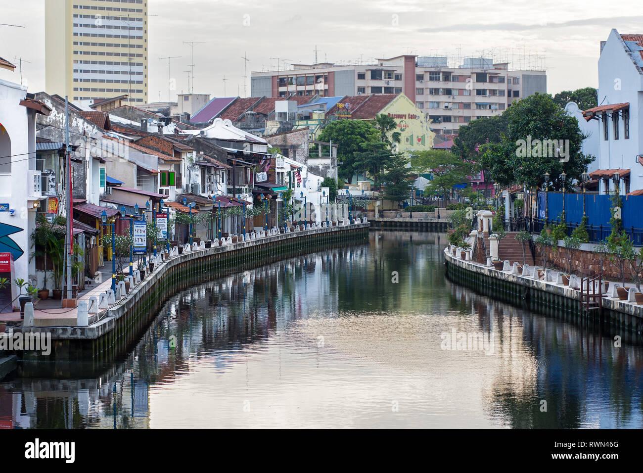 Tourist popular shop fronts and cafes along the Melaka canal, Melaka, Malaysia. - Stock Image