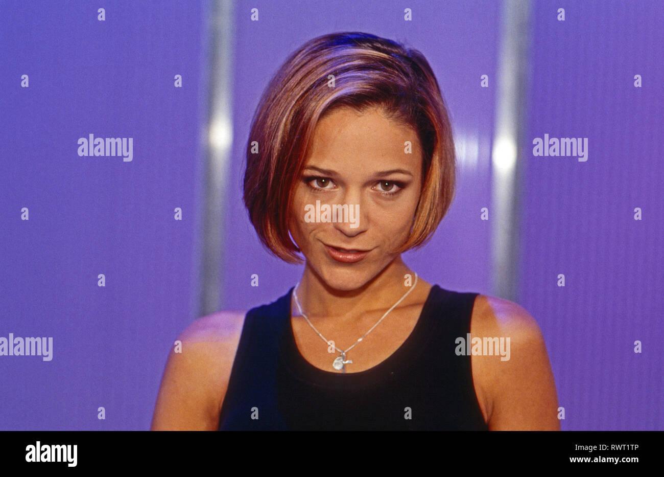 Michelle Deutsche Schlagersangerin Bei Einem Promoshooting Deutschland 1997 German Schlager Singer Michelle Posing For A Promotional Photo Shoot Germany 1997 Stock Photo Alamy