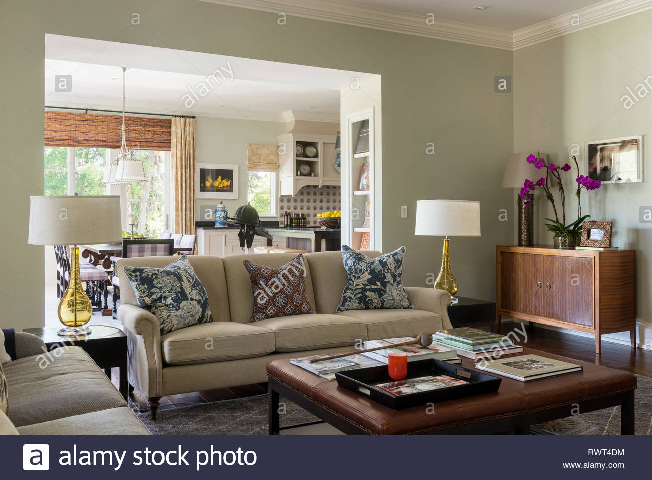 Country style living room with matching lamps - Stock Image