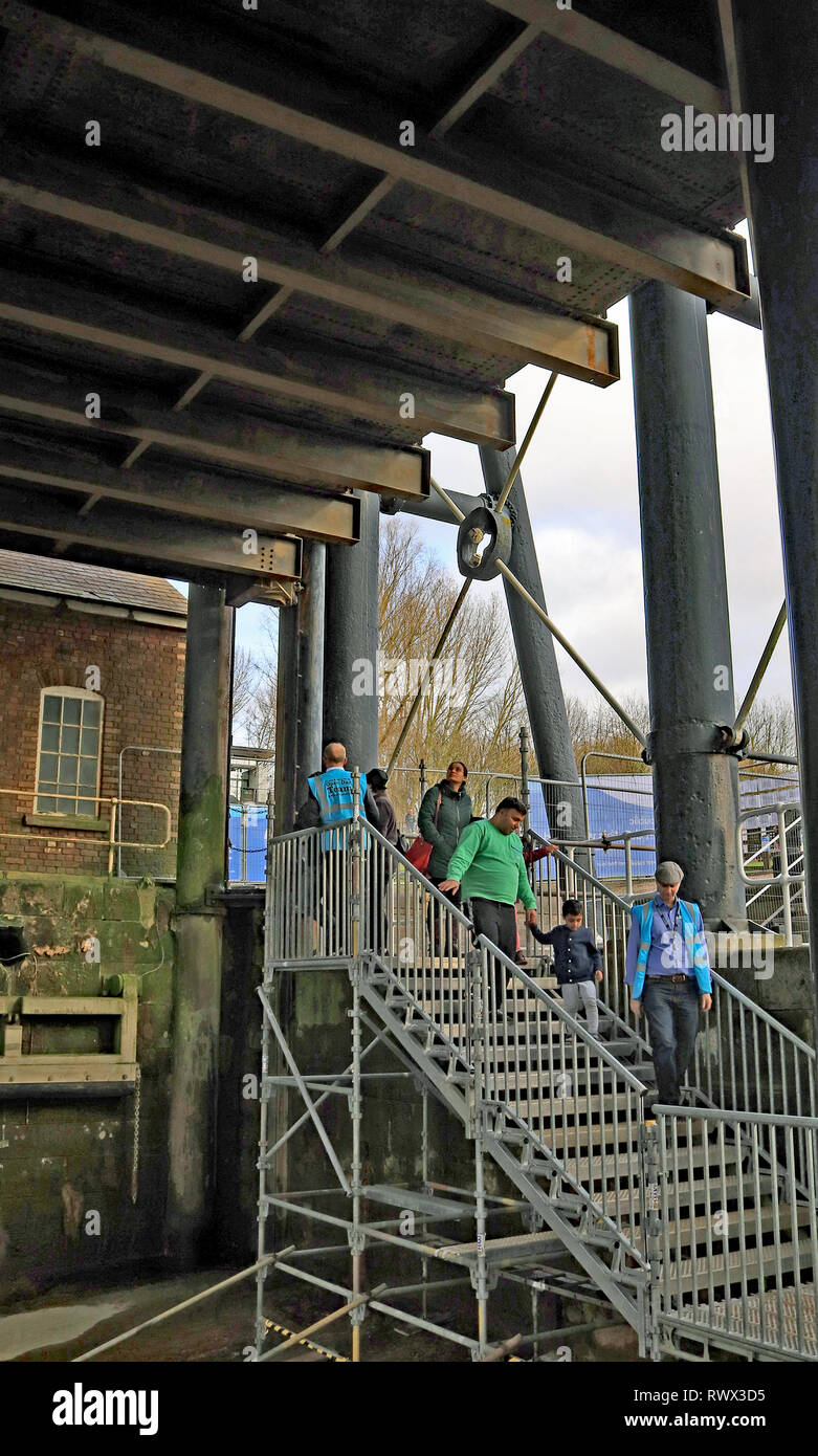 Descending into the dry well bottom of the Anderton Lift   The Canal and River Trust held a free public open day at the Anderton Boat lift. Cw 6618 - Stock Image