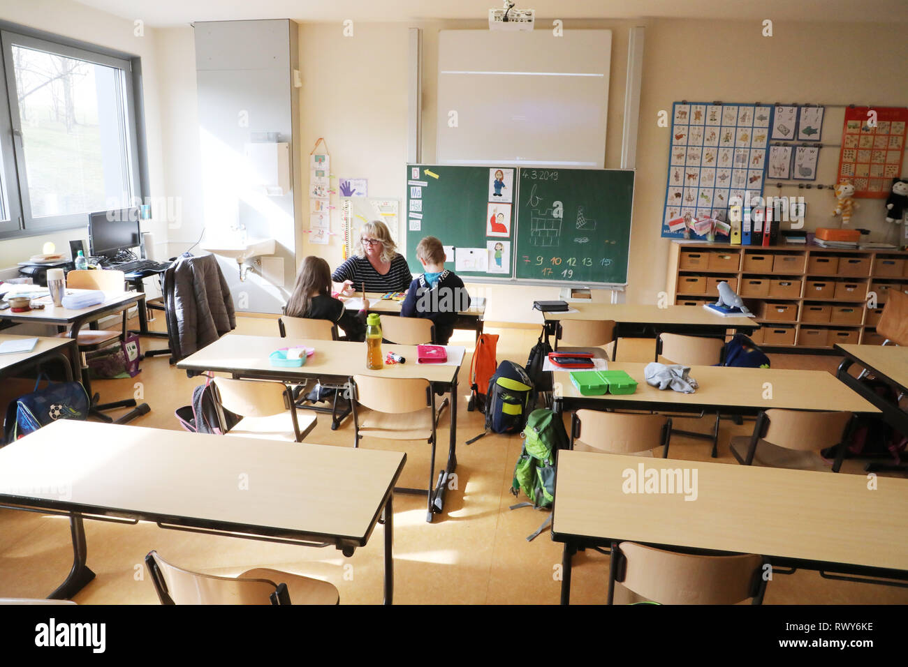 Gera, Germany. 06th Mar, 2019. Primary school teacher Ulrike Gerth looks after pupils of a first class in the Erich Kästner Primary School. Due to an acute shortage of staff, the primary school in Gera does not offer any lessons for one week. (to 'One week no lessons - If teacher shortage slows down the curriculum' from 08.03.2019) Credit: Bodo Schackow/ZB/dpa/Alamy Live News - Stock Image