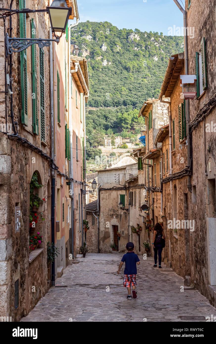 Narrow street in Valldemossa village - Mallorca, Spain - Stock Image