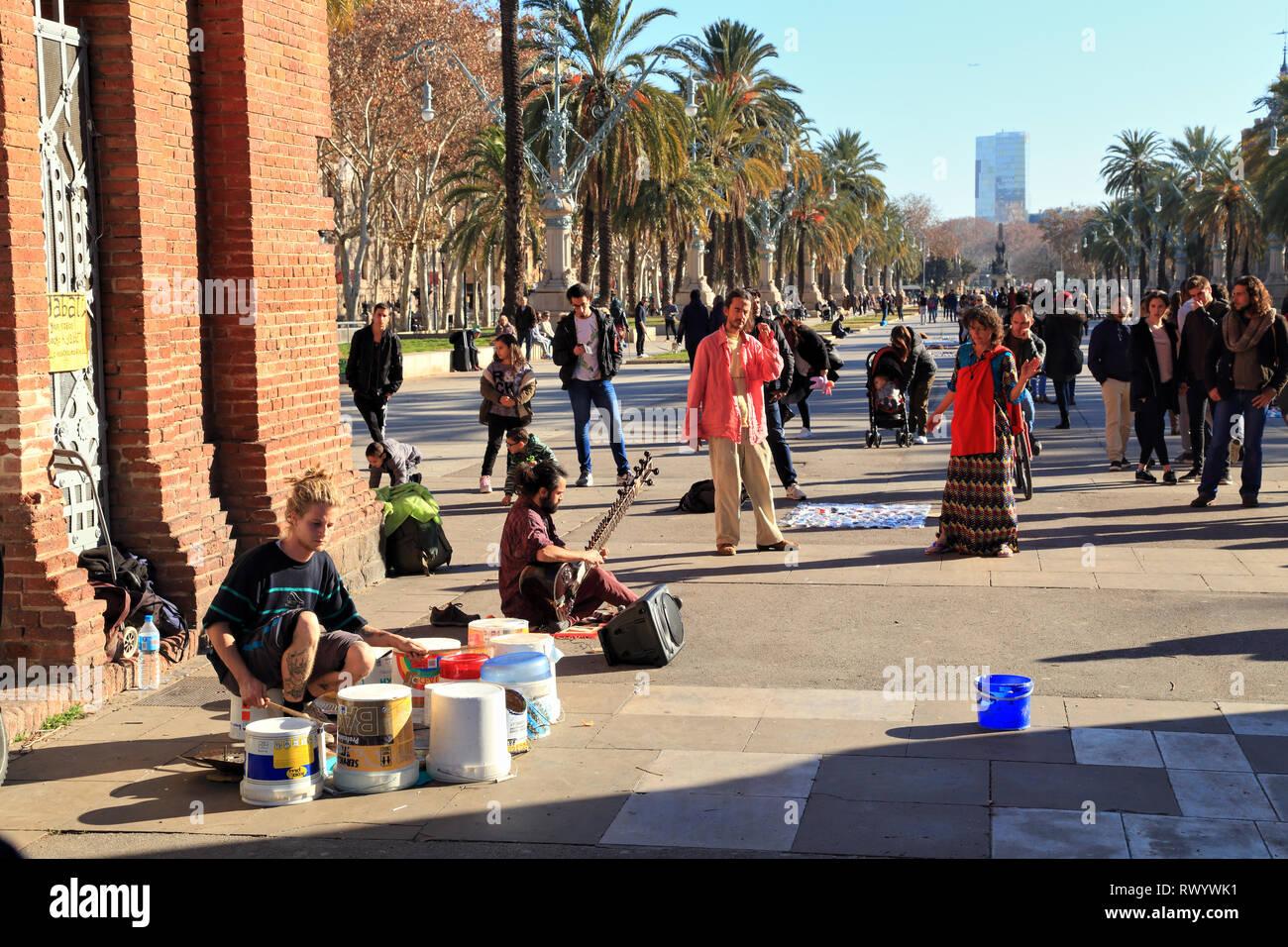 Street musicians under the Arc de Triomf, Passeig de Lluís Companys, Parc de la Ciutadella, Barcelona - Stock Image