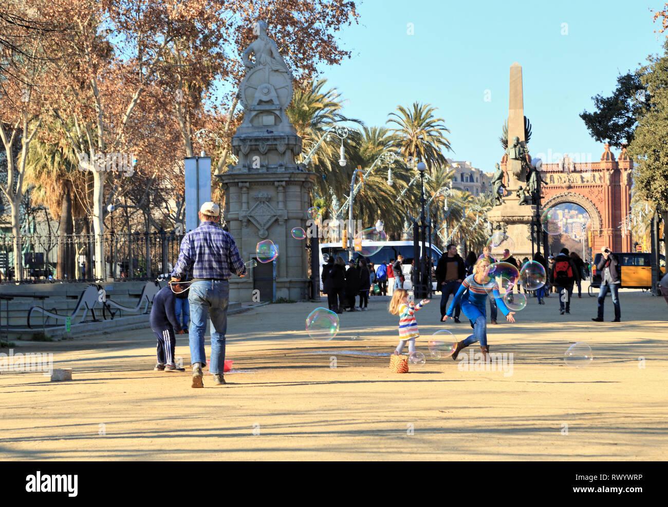Soap bubble street artist performance, Arco de Triunfo, Passeig de Lluís Companys, Parc de la Ciutadella, Barcelona - Stock Image