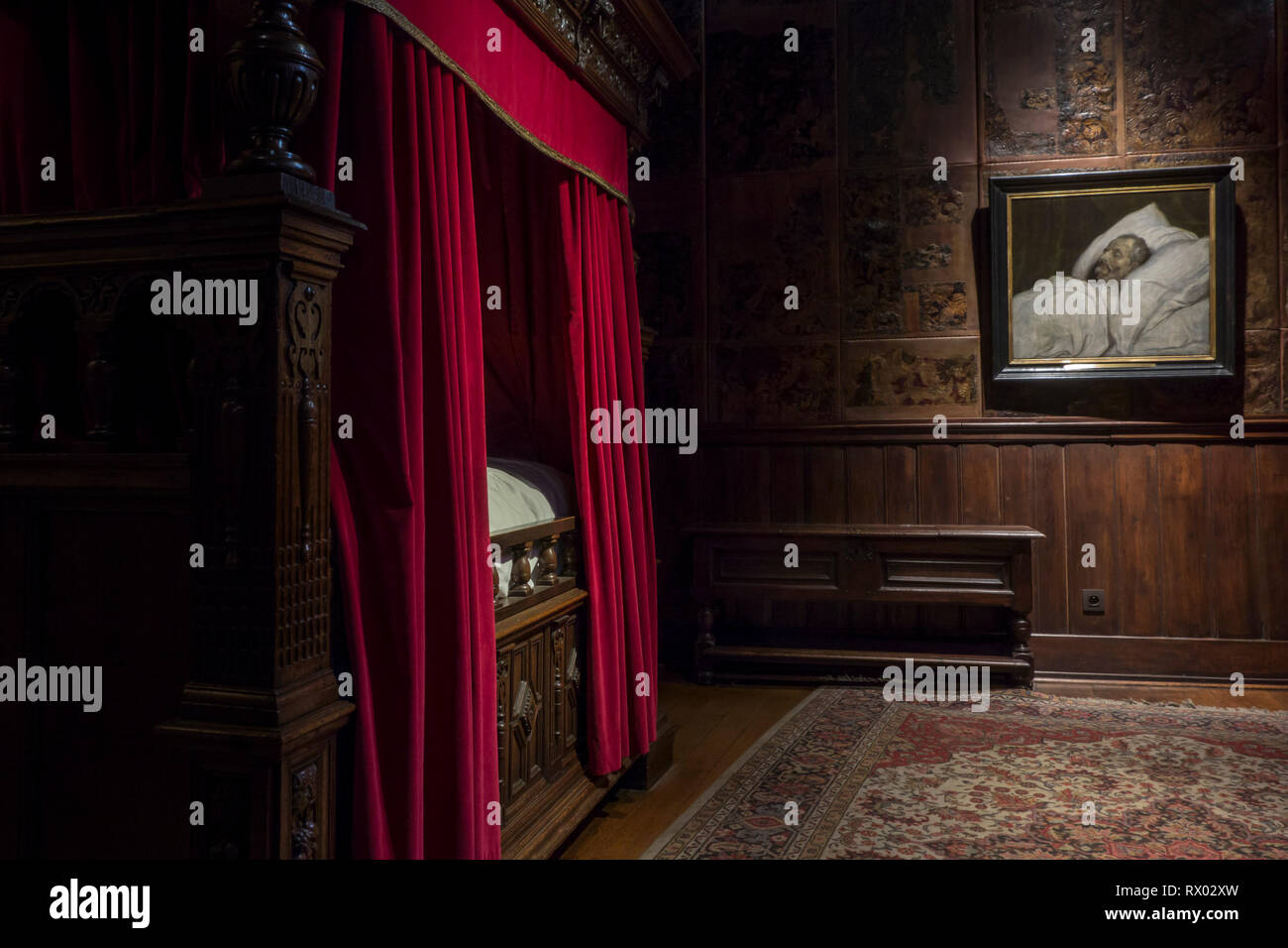 Oak canopy bed / four-poster bed in bedroom at the Plantin-Moretus Museum / Plantin-Moretusmuseum, Antwerp, Flanders, Belgium - Stock Image
