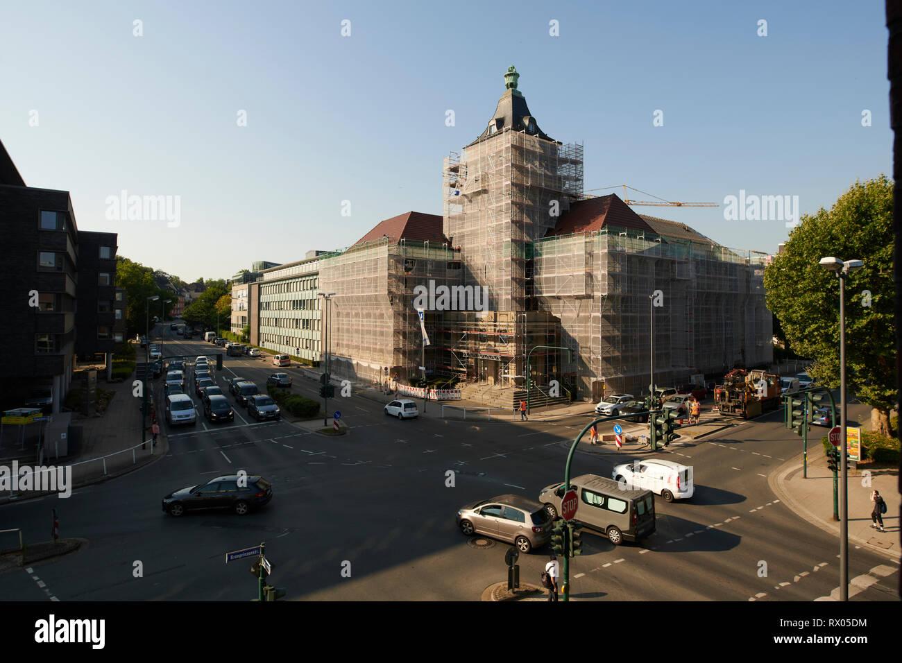 Eingeruestetes altes Verwaltungsgebaeude in Essen im Ruhrgebiet an einer grossen Kreuzung Stock Photo